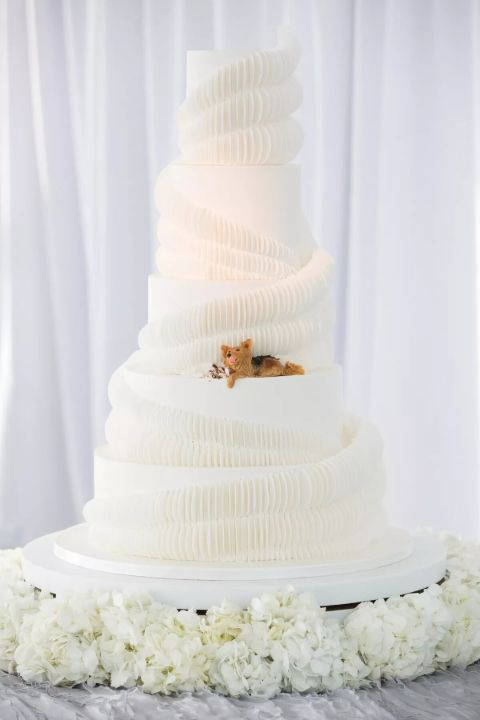 Noah Galuen and wife Iliza Shlesinger's wedding cake.