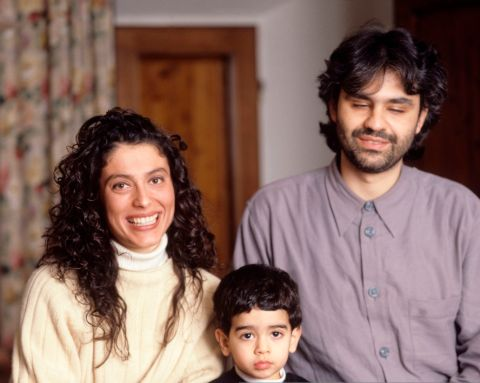 The Italian tenor Andrea Bocelli, his wife Enrica Cenzatti and their son Amos, two years old, seat alongside each other in their house in Tuscany. Forte dei Marmi (LU), Italy, 1997.